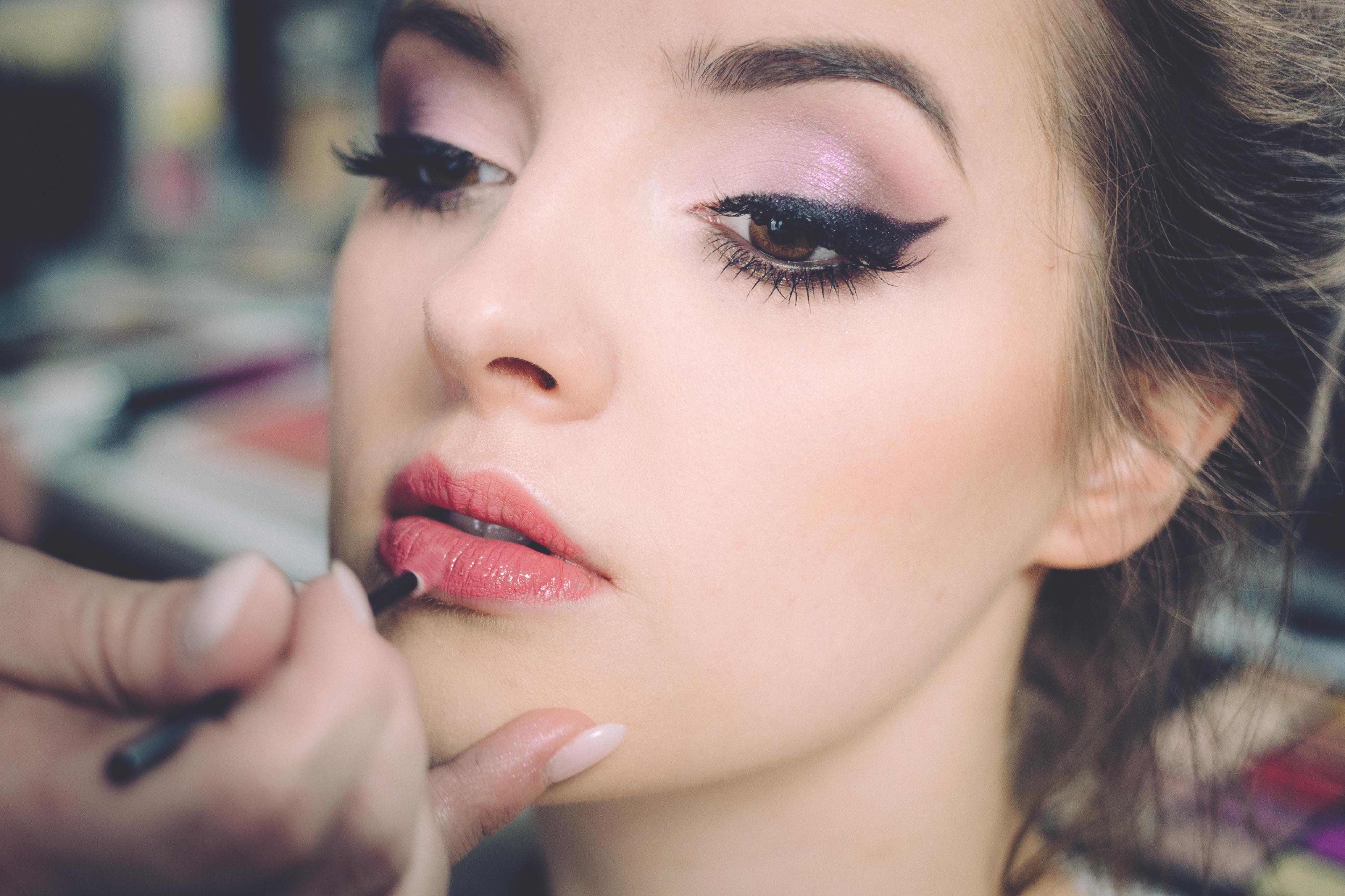femme maquillage cosmétique